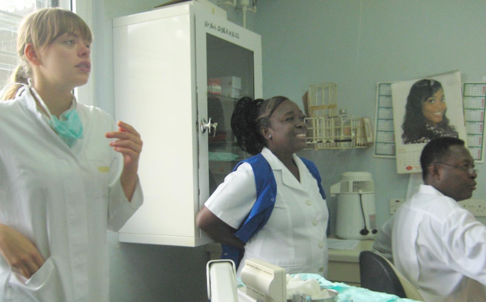 看護インターンとガーナの病院のスタッフ